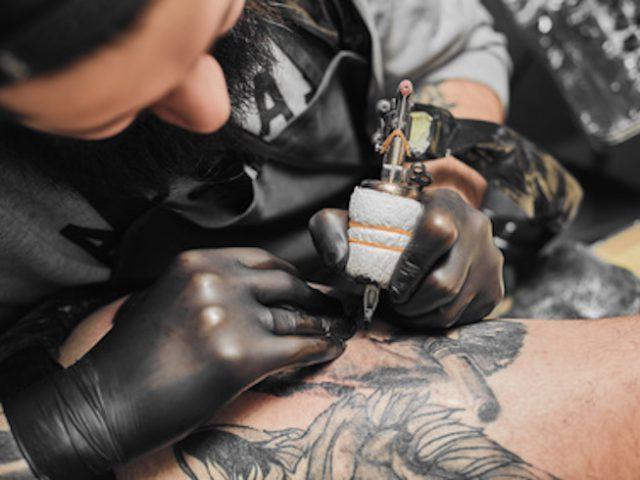 Перчатки в тату-сеансе – неотъемлемый атрибут каждого тату-мастера